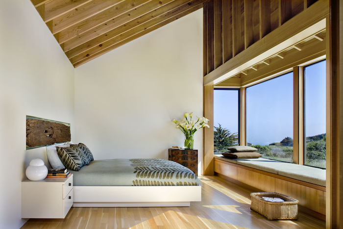zimmer mit dachschräge optisch vergrößern, viel licht, weiße wände, decke mit holzdielen, schlafzimmer deko