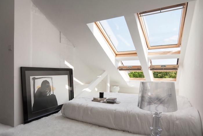 zimmer mit dachschräge optisch vergrößern, zwei fenster, weiße wände, großes bild, flauschiger teppich