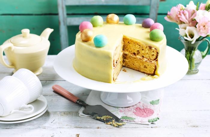 ein leckerer Kuchen mit Fondant, Fondant Kugel als Dekoration, einfache Kuchenrezepte