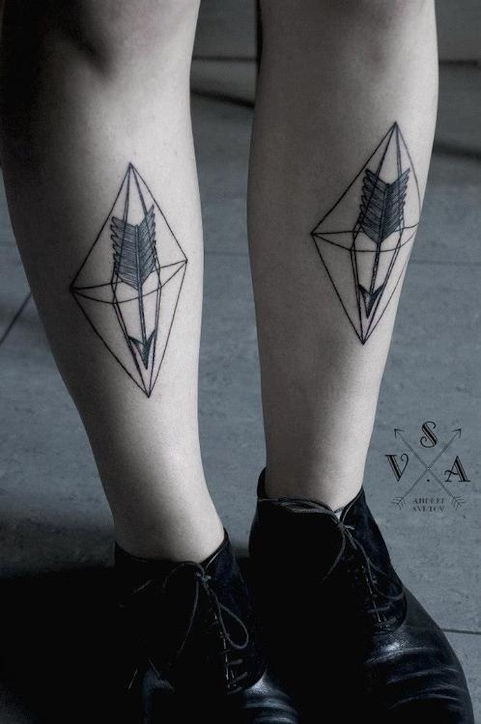 beile mit schwarzen schuhen und mit zwei schwarzen tattoos mit pfeilen und schwarzen federn und vielen geometrischen formen