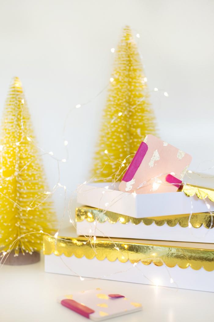 Geschenke schön verpacken, zwei kleine Tannenbäume, Gutscheine zu Weihnachten