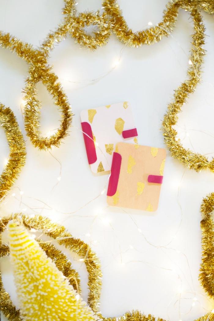 zwei Gutschein Verpackungen, die Bücher ähneln, Geschenke schön verpacken