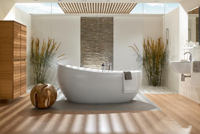 zimmer deko, modernes badezimmer, grüne pflanzen, freistehende badewanne, runde deko aus holz
