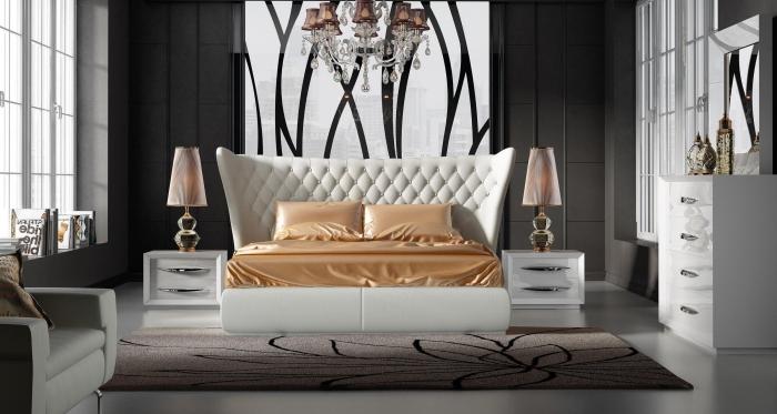 zimmer ideen, weißes bett mit langer kopfpaltte, goldene bettwäsche, designer möbel, schlafzimmer