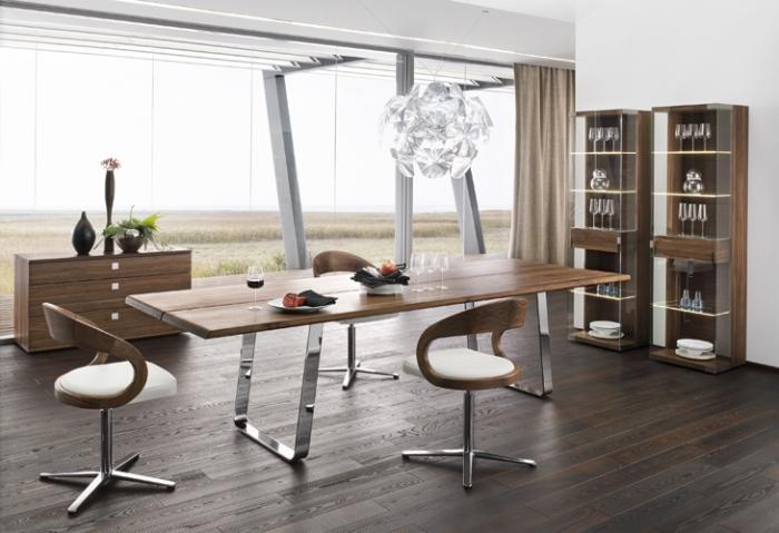zimmer einrichten ideen, büro gestalten, langer tisch aus holz, runde pendelelcuhte, möbel set