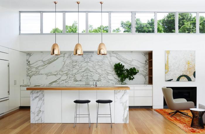 wohnungseinrichtung ideen, küche in weiß und marmor, goldene pendelleuchten über der küchenindel, holzboden