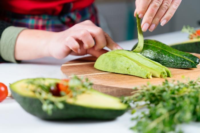 fingerfood einfach unfd schnell, avocado schälen, leckere vegetarische häppchen