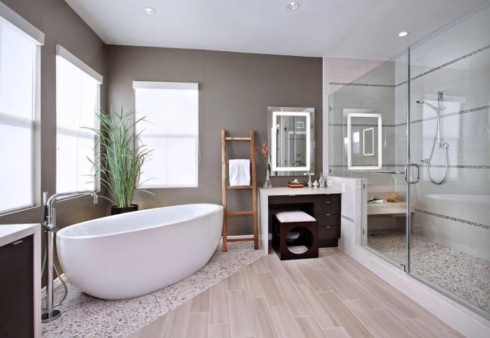 kleine räume geschickt einrichten, badezimmer gestalten, duschkabine mit mosaikfliesne, freistehnde badewanne