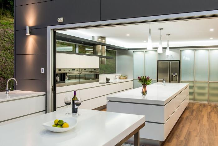 wohnideen küche, wohnungseinrichtung ideen, weiße küchenmöbel, boden aus holz, beleuchtung
