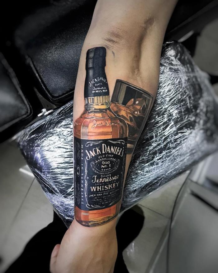 3d tattoo arm,jack daniels wisky als tattoo motiv, unterarm tätowieren lassen,