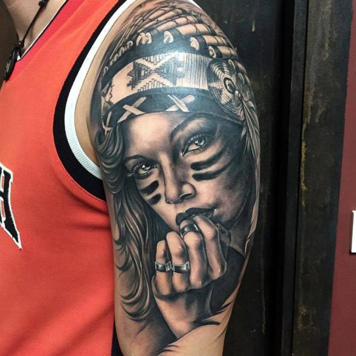 3d tattoo arm, frau mit indianer kopfschmuck, schwarz graue tätowierung am oberarm