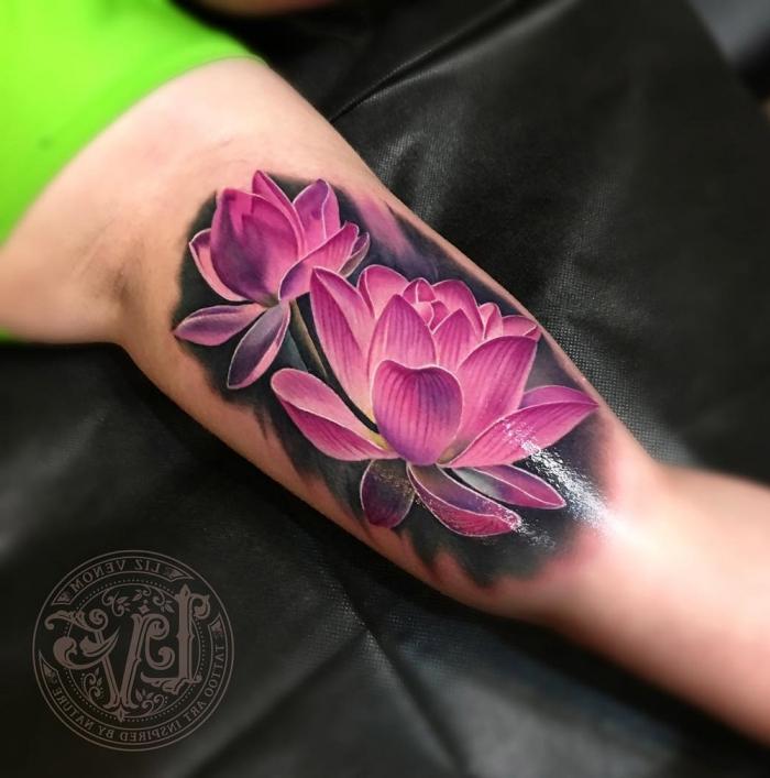 3d tattoo arm, zwei rosa lotusblumen am oberarm, tätoweirung mit blumen motv