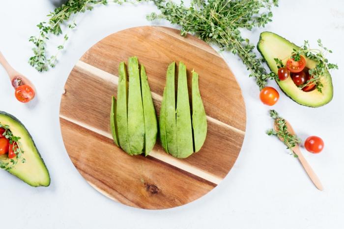 fingerfood einfach unfd schnell, avocado schälen und in streifen schneiden