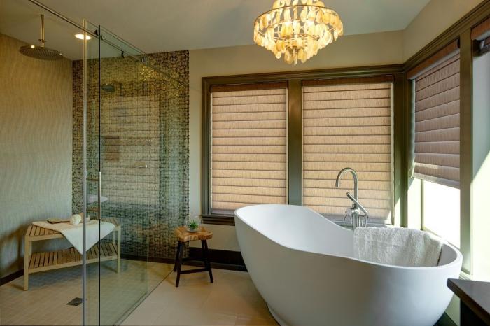kleine räume geschickt einrichten, badezimmereinrichtung, ovale badewanne, kroenlecuhter mit kristallen