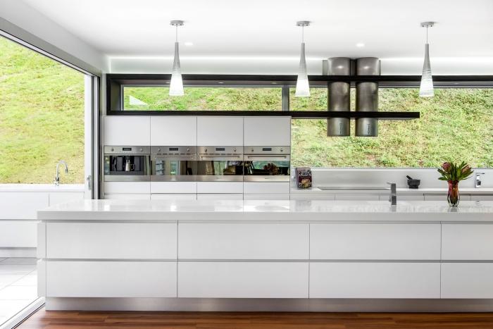 zimmer einrichten, designer möbel set in weiß, led leuchten über der kücheninsel, holzboden