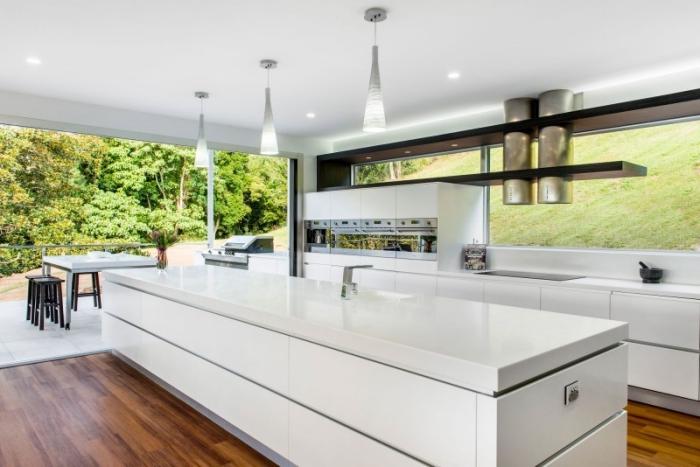zimmer einrichten, kücheneinrichtung in weiß, boden aus holz, designer möbel