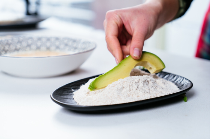 fingerfood einfach unfd schnell, avocado im mehl wälzen, vegetarische häppchen