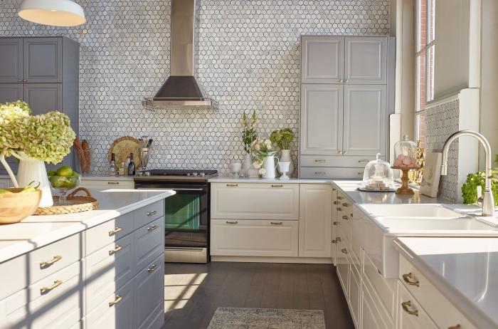 zimmer deko, wand mit mosaikfliesen, vasen mit blumen, schränke in weiß und grau