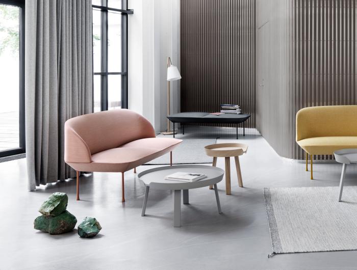 wohnung eineichten, rosa sofa, runde kaffeetische, designer möbel, grüne steine als deko