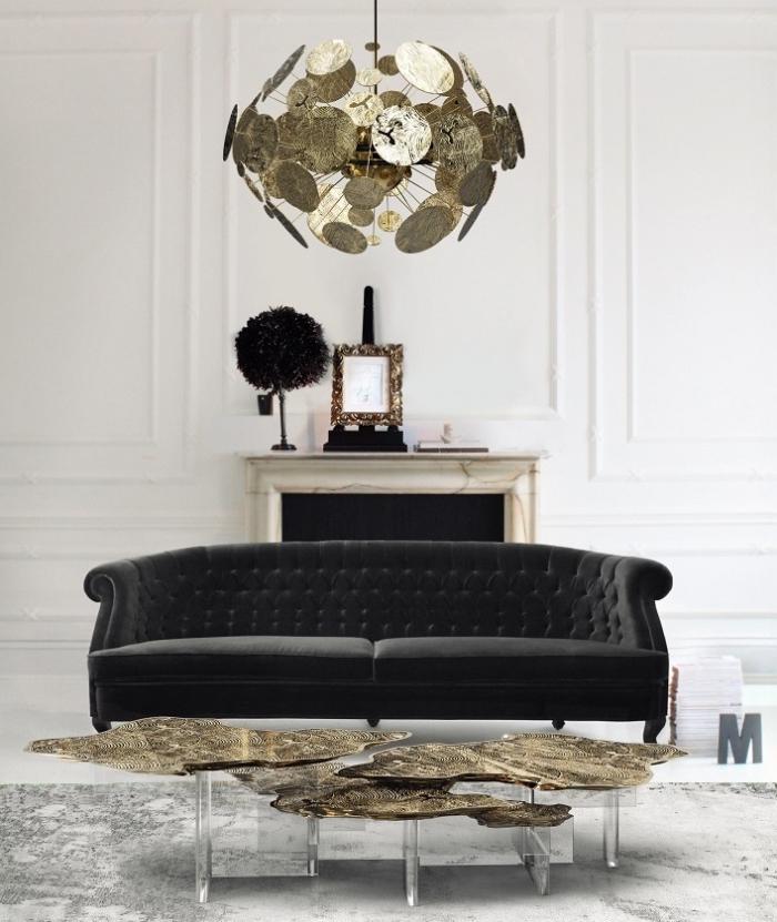 wohnung einrichten, modernes interieur in gold und schwarz, designer samtsofa, kronleuchter mit goldenen elementen