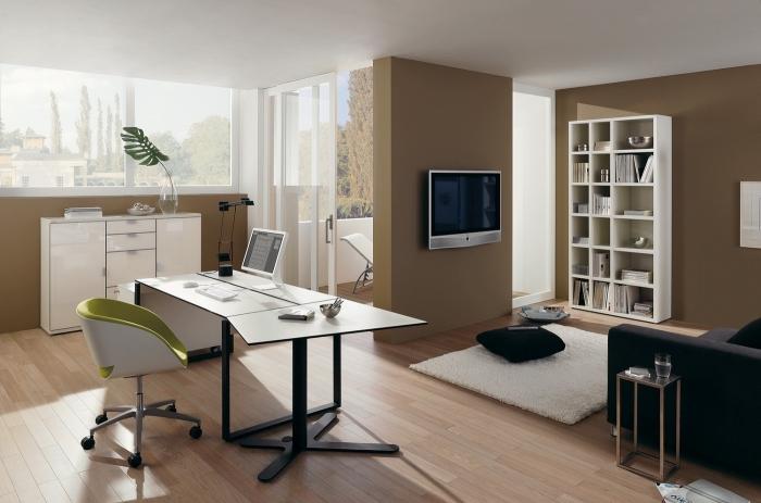büro einrichten, zimmer gestalten, einrichtungsideen ergonomischer stuhl, braune wände