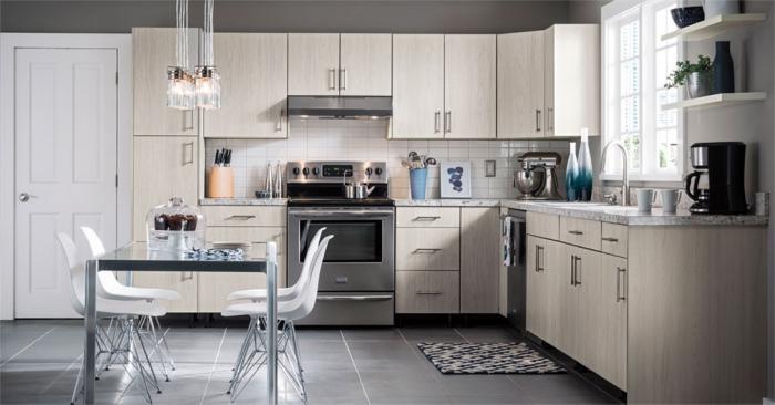 beige küchenschränke, zimmer einrichten ideen, esstisch aus metall, weiße stühle