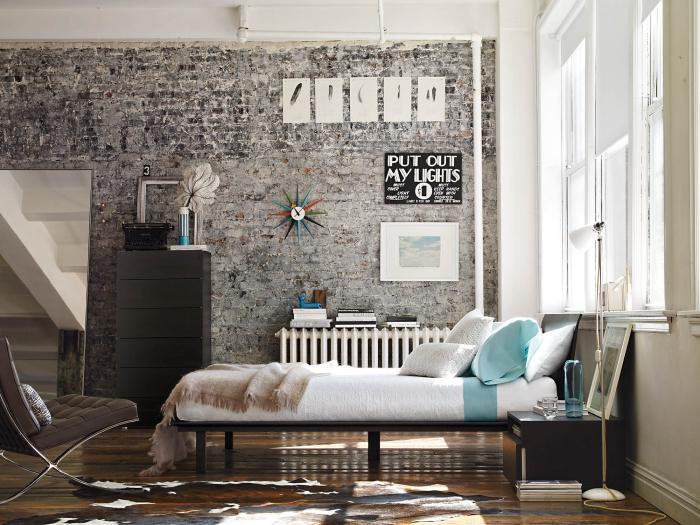 zimmer ideen, einrichtung in industrial stil, ziegelwand dekoriert mit bildern, boden aus holz