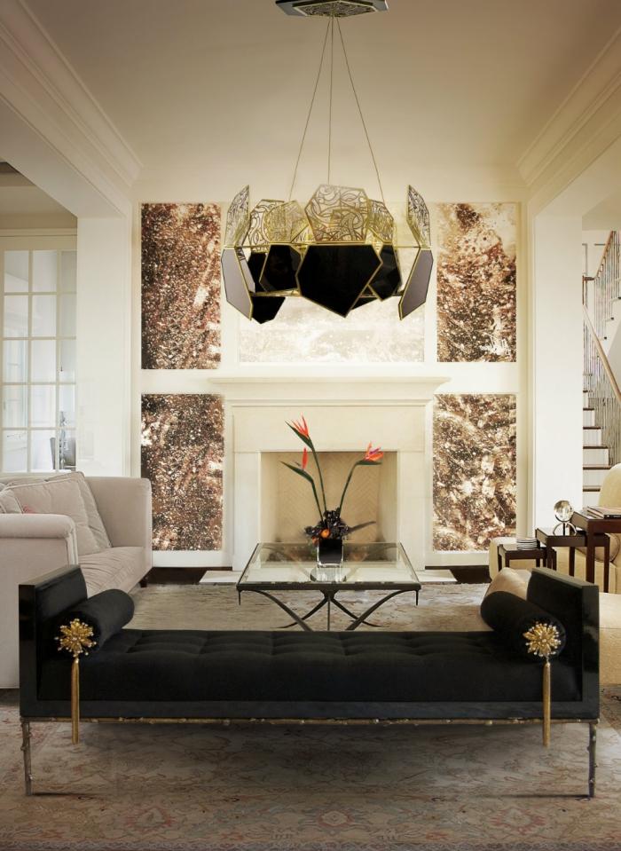 wohnung einrichten, wohnzimmer eingerichtet mit designer möbel, schwarzes liegesofa, kronelcuhter in gold und schwarz mit geoemtrischen elementen