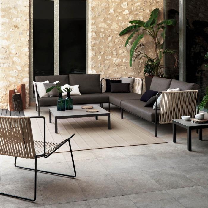 zimmer deko, wohnzimmer gestaltne, goldene wand mit stein muster, lange natursteinfliesen