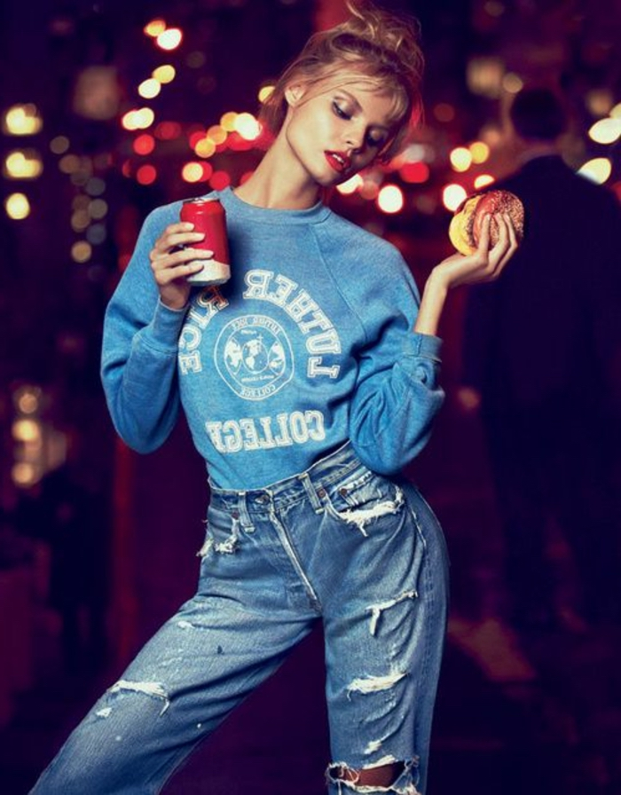 80er jahre party jeans, sweatshirt, coca cola, sandwich model, rote lippen, lippenstift