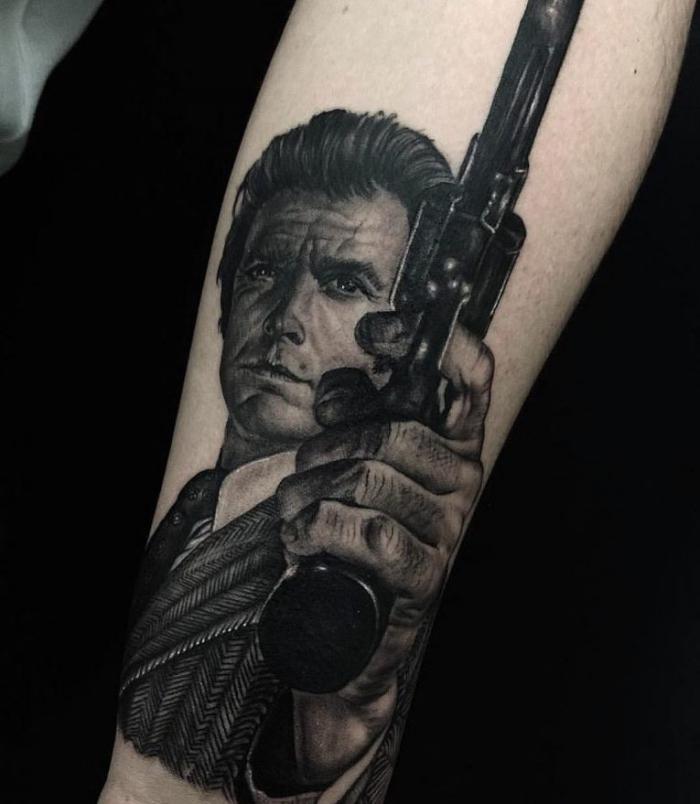 mann mit pistole, schwarz graue tötowierung, amazing tattoos, unterarm