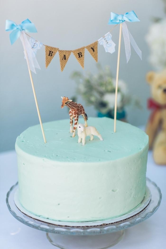 Tauftorte mit blauer Creme und zwei kleinen Figuren Lamm und Giraffe, Aufschrift Baby