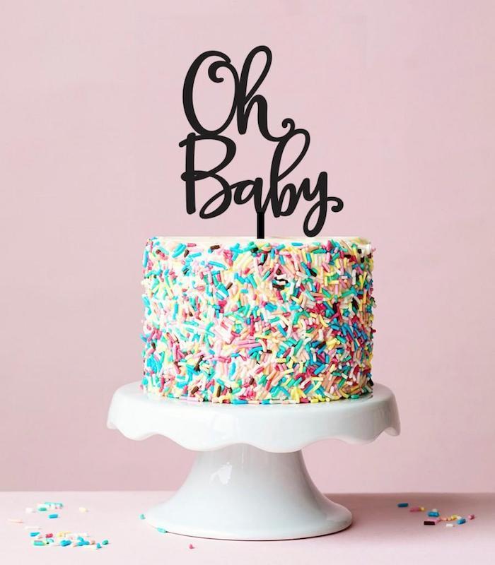 Torte zur Taufe oder Baby Shower selber backen und dekorieren, mit Zuckerstreuseln, Aufschrift Oh Baby