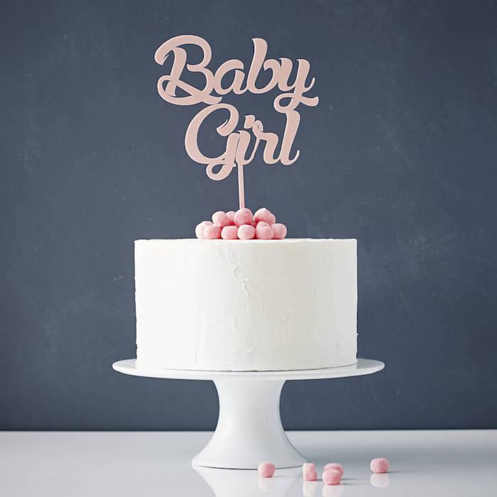 Tauftorte für Mädchen mit weißer Glasur und Beeren, Aufschrift Baby Girl, Torten für besondere Anlässe