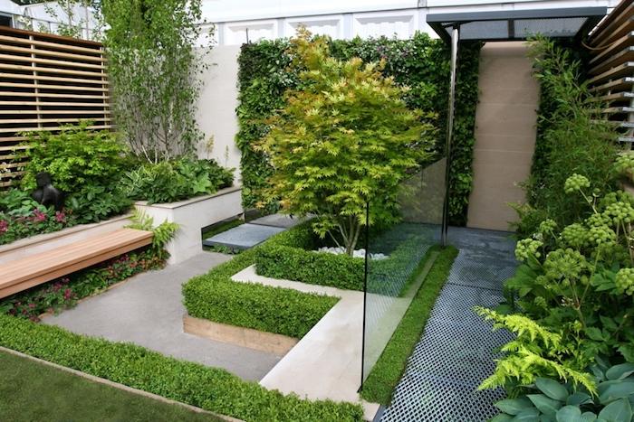 sichtschutz aus grünen pflanzen und einer grünen hecke und bäumen, sichtschutz garten ideen, ein garten mit holzzaun sichtschutz und pflanzen als sichtschutz