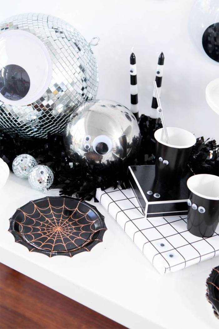 bastelideen halloween, selbstgemachte tischdeko, partydeko in schwarz und silbern, diskobälle