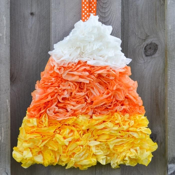 wanddeko selber machen, bastelideen halloween, gartenzaun dekorieren, weiße, gelbe und orangenfarbene seidenpapier