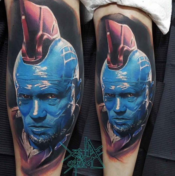 farbige tötowierung am bein, beste tattoos der welt, mann mit blauer haut, 3d