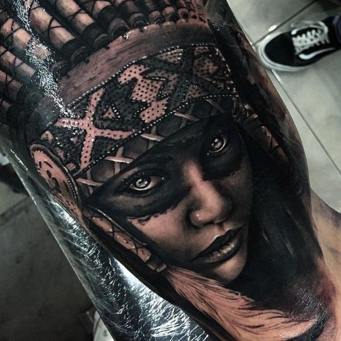 schwarz graue tätowierung, frau mit indianerschmuck, beste tattoos der welt