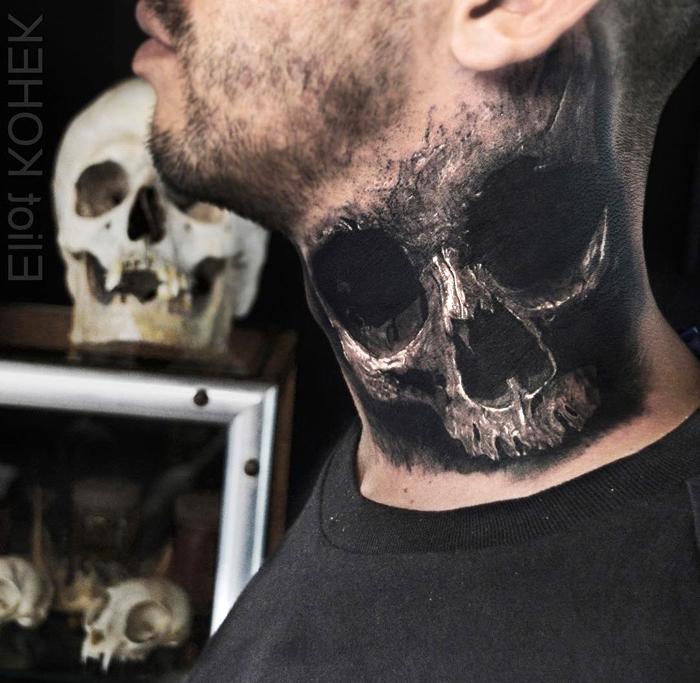 beste tattoos der welt, realitische tätowierung mit schädel motiv am nacken