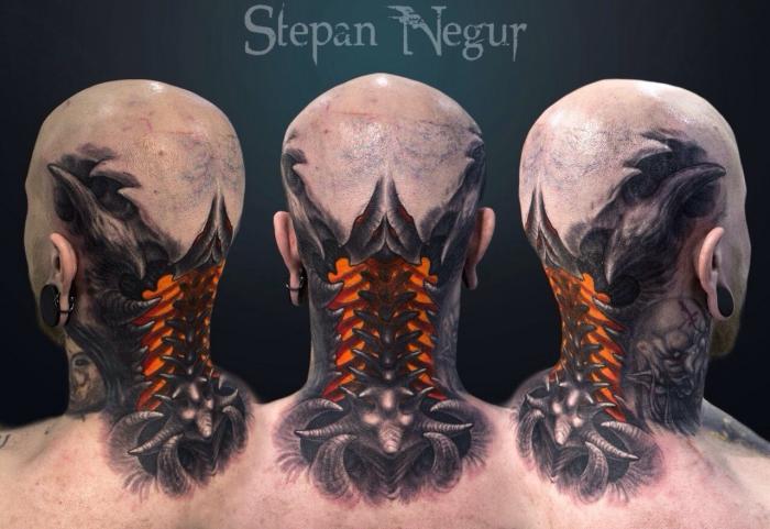 beste tattoos der welt, mann mit großer 3d tätowierung am nacken, knöchel