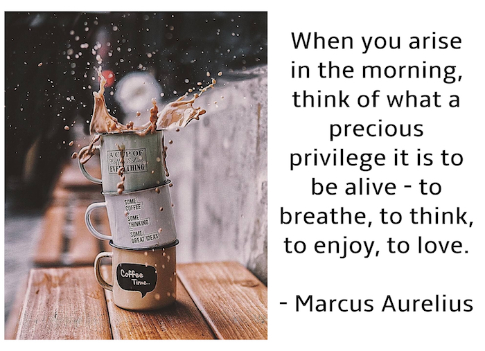 brauner tisch aus holz und drei kleine tassen mit kaffee, ein guten morgen bild mit einem zitat von marcus aurelius