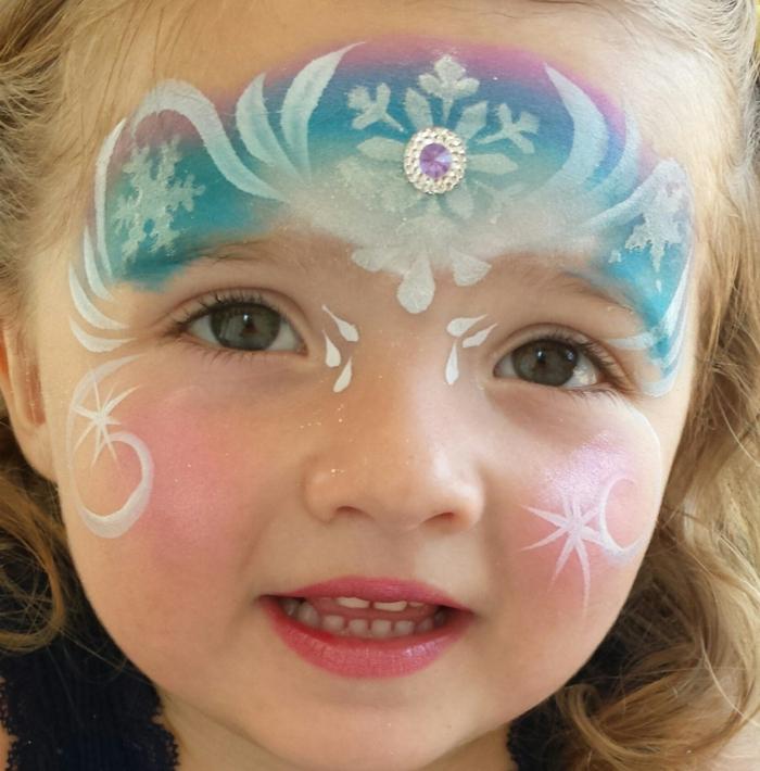 ein junges Mädchen wie Elsa geschminkt, Kinderschminken für Halloween, lila, weiße und blaue Schminke