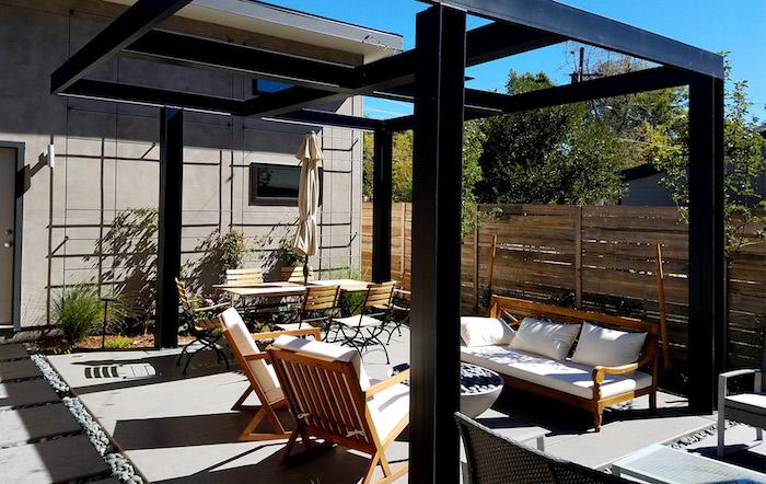 gartengeastaltung ideen, einen garten sichtschutz selber bauen, ein garten mit schwarzer überdachung mit braunen gartenmöbeln mit wei0en kissen
