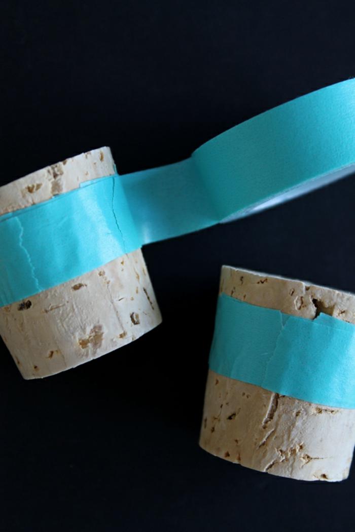 Hochzeitsfeier Ideen, blauer Tesafilm umhüllt die Korken, damit diese gefärbt werden