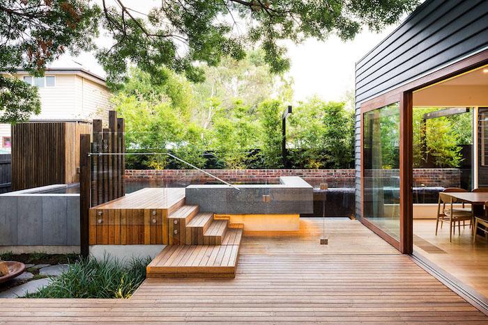 kleine braune treppe aus holz im garten mit sichtschutz pflanzen mit grünen blättern und einem braunen boden aus holz, sichtschutz garten ideen