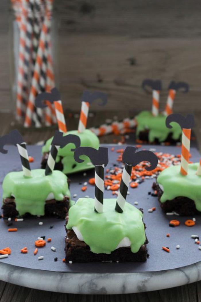 kleine Füße, die aus Brownies herausstecken, grüne Fondant, Halloween Snacks