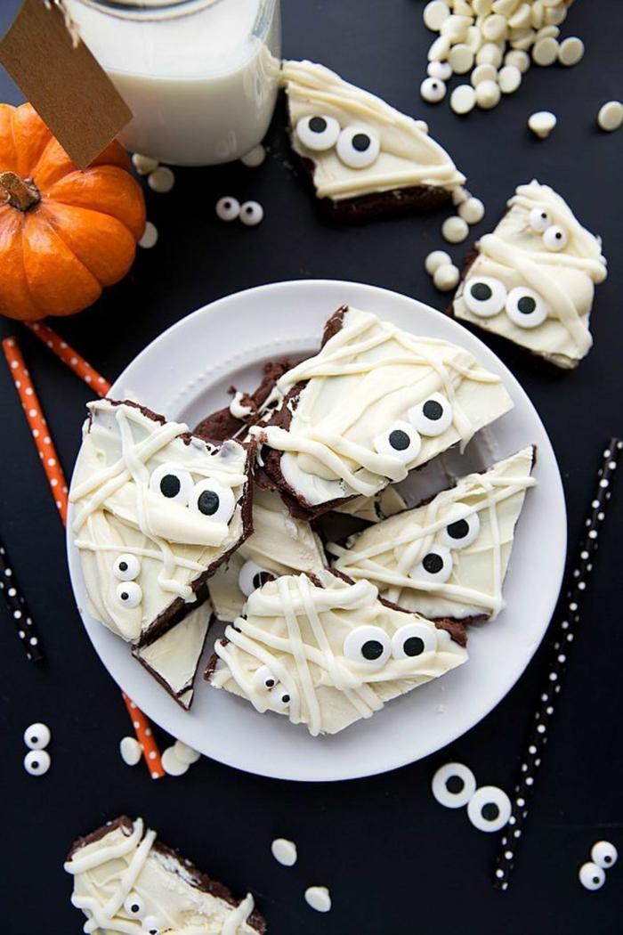 weißes Fondant auf Brownies, weiße Creme wie Binden von Mumien, Halloween Snacks