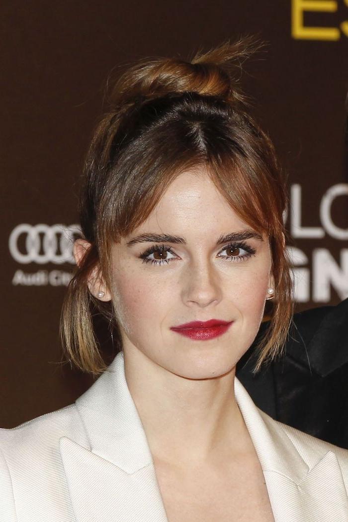 Emma Watson Haarstyle, Messy Dutt Frisur, mittellange Haare, roter Lippenstift und schwarze Mascara, weißer Blazer