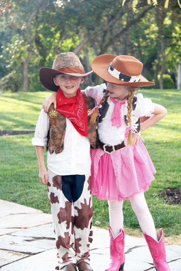 zwei Kinder mit Cowboy Kostüme, ein Junge und ein Mädchen